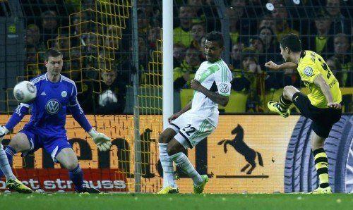 Robert Lewandowski (r.) bei seinem erfolgreichen Torschuss, seinem 100. Treffer für den BVB. Foto: Reuters