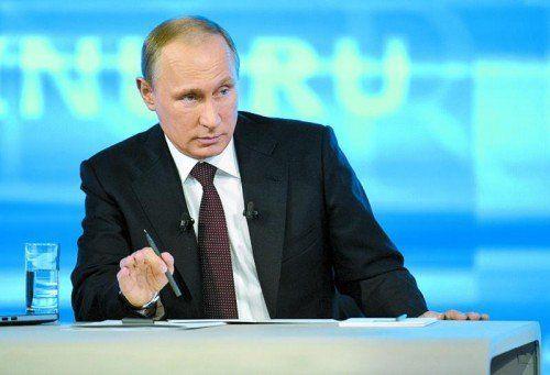 """Russlands Präsident Putin zeigt sich bereit zu einem """"echten Dialog"""": Weder Flugzeuge noch Panzer könnten Krise beenden, sagt er. Foto: AP"""