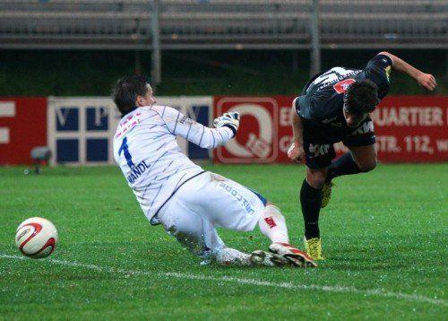 Schneller als Thomas Mandl, Altachs Daniel Luxbacher wuchtet per Kopf den Ball am Vienna-Torhüter vorbei zum 3:0 ins Netz. Foto: gepa