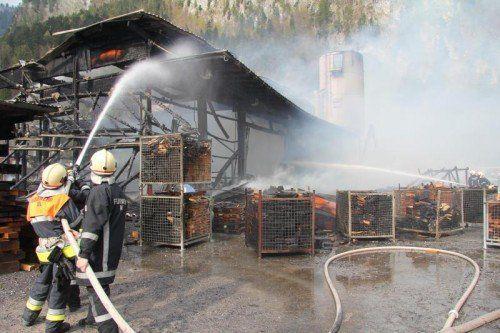 Selbstentzündung von Stoffen hatte am vergangenen Montag zur Zerstörung der Lager- und Produktionshalle geführt.  Foto: VOL/AT Rauch