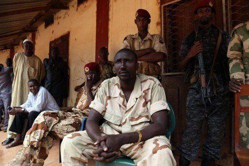 Seleka-Chef Ali Darassa bei einem Reuters-Interview: Am Wochenende stürmten seine Rebellen eine Klinik von Ärzte ohne Grenzen.  FOTO: RTS