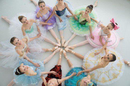 """So sehen Primaballerinas aus: Die erfolgreichen Schülerinnen der """"Dance Hall""""-Ausbildungsklasse.  Fotos: VN/Hartinger"""