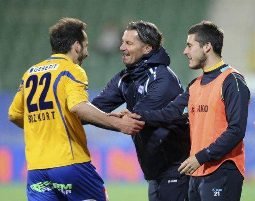 St. Pöltens Trainer Gerald Baumgartner (Mitte) jubelt mit seinem Matchwinner Osman Bozkurt (links). Foto: apa
