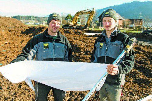 Stefan Regensburger (l.) mit Lehrling Patrick Wandl auf der Lehrlingsbaustelle in Göfis.  Foto: vn/stiplovsek