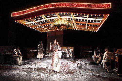 """Strindbergs """"Ein Traumspiel"""" erhält unter Ramallah Aubrecht und Philipp Preuss performativen Charakter. Foto: Birgit Hupfeld/Schauspiel Frankfurt"""