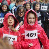Tausend Kinder liefen im strömenden Regen für den guten Zweck