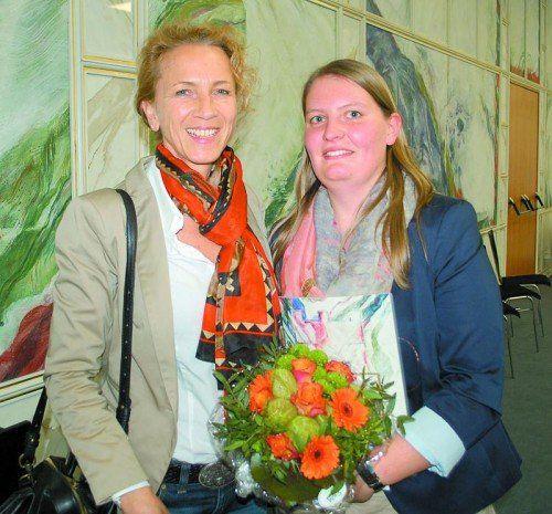 Sylvia Schulze (links) freut sich mit ihrem ehemaligen Lehrling Sylvia Schwendinger über die bestandene Matura.