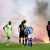 Unterbrechung in Rotterdam: Feuerwerkskörper entzünden sich auf dem Spielfeld. Foto: epa