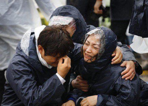 Verzweiflung und Trauer bei den Angehörigen. Die Chancen, noch Überlebende zu finden, sinken.  Foto: Reuters
