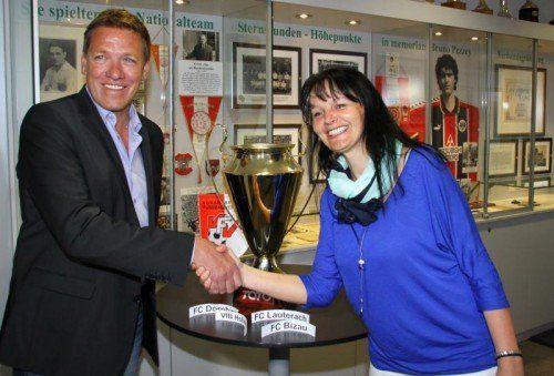 VFV-Geschäftsführer Horst Elsner mit Glücksfee Brigitte Tschol von Ländle-TV. Foto: knobel