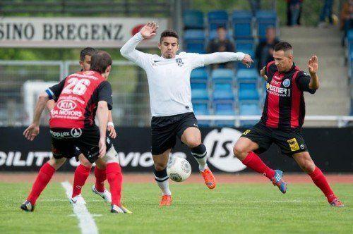 Vinicius Gomes (in Bildmitte gegen die Harder Markus Grabherr/l. und Marcel Riedeberger) soll für Bregenzer Tore im Derby sorgen .