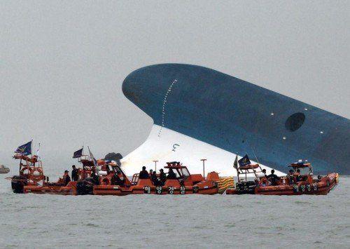 Vor der südkoreanischen Küste ist eine Fähre mit mehr rund 480 Menschen – darunter über 300 Schüler – an Bord gesunken. Fast 180 Menschen wurden gerettet, mehr als 280 werden noch vermisst.  Foto: EPA