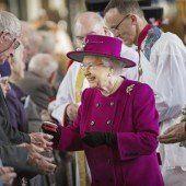 Queen verteilt Münzen an verdiente Bürger