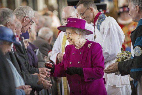 Während dem Gründonnerstags-Gottesdienst verteilte Königin Elizabeth II. Münzen an Senioren aus der Grafschaft Lancashire.  Foto: EPA