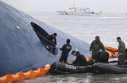 Widriges Wetter und eine starke Strömung erschwerten weiter die Bergungsarbeiten vor der Südwestküste Südkoreas.  Foto: AP