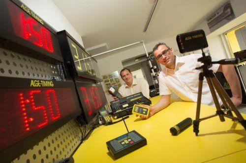 """Wolfgang Auer und Wolfgang Alge haben zusammen die Weltneuheit """"Wireless Timing Network (WTN)"""" entwickelt.  Foto: VN/Hartinger"""