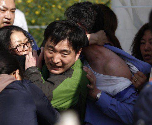 Wütende Angehörige stürmten gestern das Büro der Küstenwache. Sie fühlen sich hinsichtlich der Rettungsbemühungen belogen. Foto:Reuters