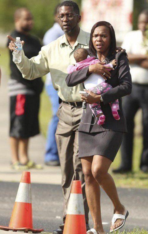 Zahlreiche Eltern eilten in Panik zu der Kindertagesstätte.  Foto: Reuters