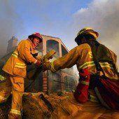 Tausende Menschen flüchten vor Flammen