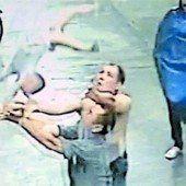 Männer in China fangen stürzendes Baby auf