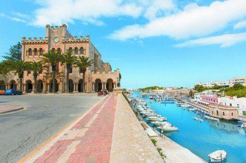 Der Hafen und das Rathaus von Ciutadella. Fotos: shutterstock