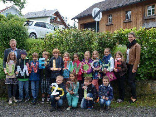 Die Andelsbucher Schüler mit Lehrerin Liane Österle und LR Schwärzler.