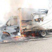Lieferwagen geriet auf Autobahn in Brand