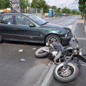 Biker übersehen und niedergestoßen