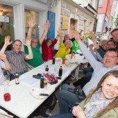 So sehen Sieger aus – Grüne feierten ihren historischen Wahlerfolg im Ländle mit griechischen Gaumenfreuden im Ikarus in Bregenz