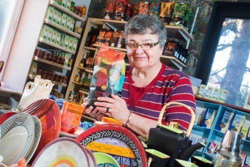 Im Weltladen Bregenz bietet die 66-jährige Eva Riedl fair gehandelte Produkte zum Verkauf an.  Foto: VN/Steurer