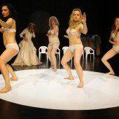 Sieben Frauen legen sich mit Zeus an