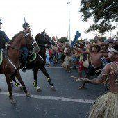 Mit Pfeil und Bogen gegen Polizei