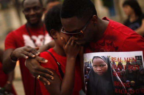 Unter Tränen forderten gestern zahlreiche Nigerianer die Freilassung der entführten Mädchen bei einem Protestmarsch im Dorf Chibok.  FOTO: RTS
