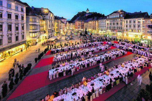 700 Menschen fanden letzten Sommer an den langen Tafeln Platz, um sich mit kulinarischen Köstlichkeiten verwöhnen zu lassen.