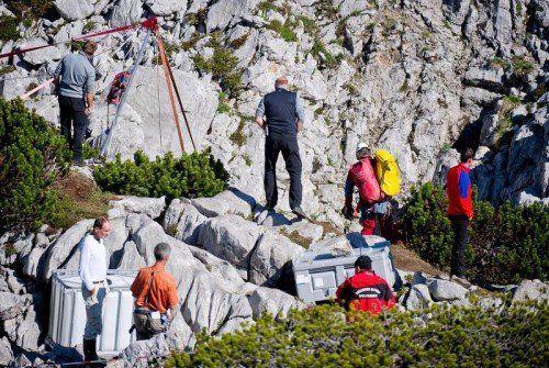 Am Höhlenausgang bereiten sich die Retter bereits für die heute oder morgen erwartete Ankunft des Schwerverletzten vor.  Foto: DPA