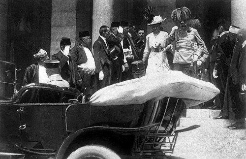 Auf dem letzten Weg: Franz Ferdinand und seine Gattin Sophie besteigen in Sarajevo den Wagen, in dem sie am 28. Juni 1914 Opfer eines Attentats werden. Der offizielle Todeszeitpunkt der beiden wird mit 11.00 Uhr angegeben. Foto: AP