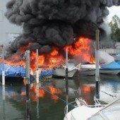 Neun Boote in Flammen