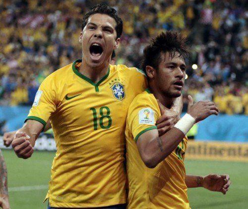 Brasiliens Hernanes feiert den Doppeltorschützen Neymar (r.). Foto: ap