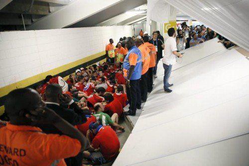 Chilenische Fans belagerten den Medienbereich im Maracanã. epa