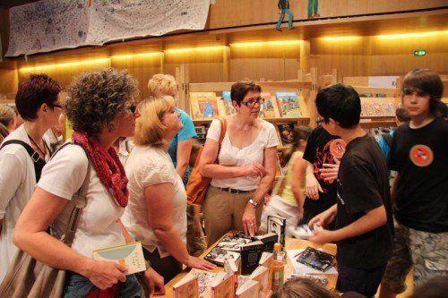"""Das ist das Besondere der """"Buch am Bach"""": Jugendliche erklären den Besuchern ihre Literatur. Foto: Vonbank"""