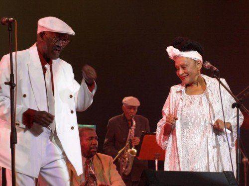 Der inzwischen verstorbene Ibrahim Ferrer und Omara Portuondo begeisterten das Publikum bei einem Konzert in Havanna im Jahr 2000. AP