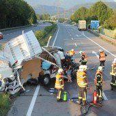Lastwagen schlitzte Kleintransporter auf