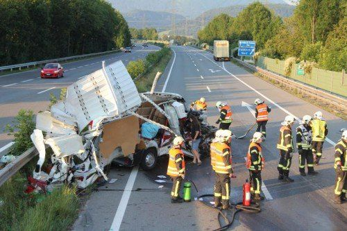 Der Kleintransporter wurde regelrecht zerrissen, der Lenker erlitt schwere Verletzungen und musste ins Krankenhaus eingeliefert werden.  VOL.AT
