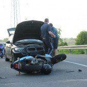 Mopedfahrer kracht in Pkw