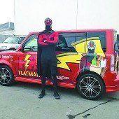 Superheld verteilt Essen an Bedürftige