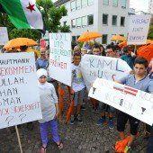 Mit Schirm und Transparent gegen die Fremdenphobie