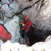 Höhlenforscher wartet in Höhle auf Rettung