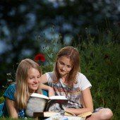 Lesefreude bei Buch am Bach