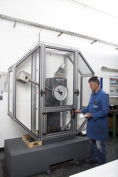Die Kerbschlagbiegeprüfungsmaschine zeigt, welche Kräfte es braucht, bis das Metall bricht. Werksfoto