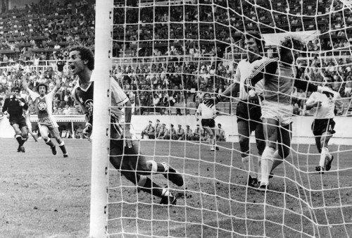 Die Sensation von Gijon: Algeriens Lakhdar Belloumi jubelt über den 2:1-Treffer gegen Deutschland. Foto: ap